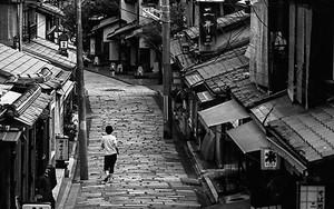 石畳の道を往く女性