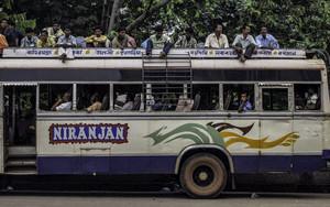 道路脇のバス