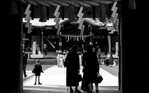 Figures At The Gate Of Omiya Hachiman-Gu