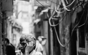 薄暗い路地裏の公衆電話