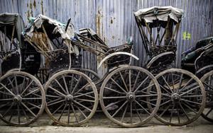 壁際に沢山のリクシャーの車輪