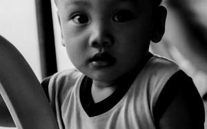 目を見開いた幼い男の子