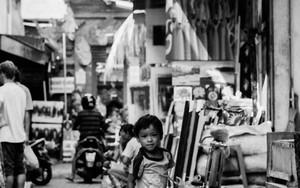 市場の路地に男の子
