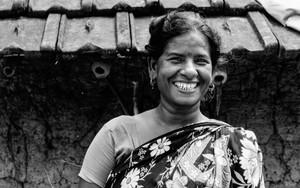 花柄のサリーを纏った笑う女性