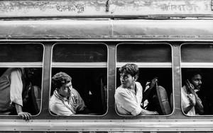 バスの窓から様子を窺う乗客