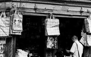 雑貨屋で買い物する男