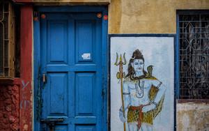 扉の隣にはシヴァ神