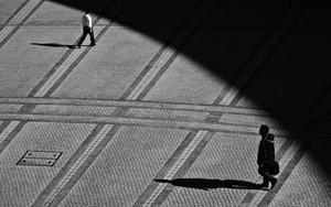 都庁前の広場を歩く人影