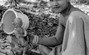 木彫りをする僧侶