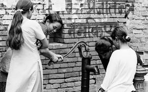 井戸の周りの女性たち
