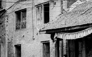 旧市街の町角で遊ぶ子供たち