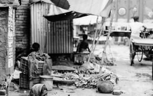 市場で働く女性と大きな籠