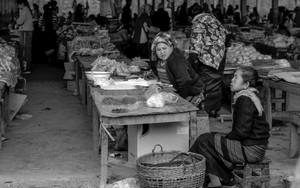 市場で働くふたりの女性