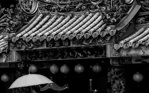 傘と寺院の入り口