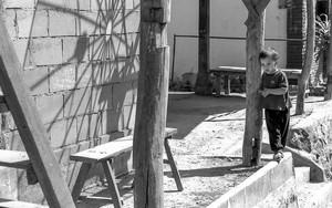 男の子と木の柱