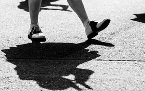 踊る女の子の影