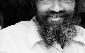 伸び放題の髭
