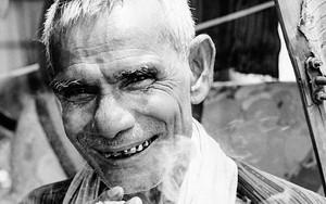 白髪の男の微笑み