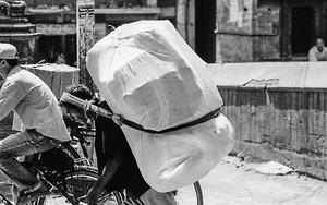 大きな荷物を運ぶ男