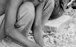 裸足で研磨する男
