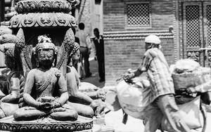 町角にあった座禅する仏像