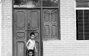 玄関先で遊ぶふたりの男の子