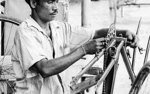 サイクルリクシャーを修理中の男