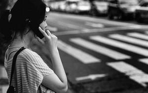 携帯電話で通話しながら信号待ち