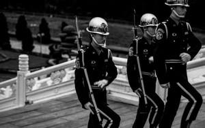 腕を曲げながら歩く三人の衛兵