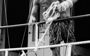 バケツでブリガンガ河の水を汲む青年