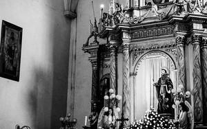 祭壇の聖人は見上げていた
