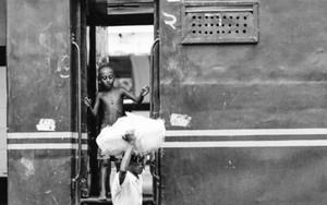 乗降口の男の子と荷物を運搬する男