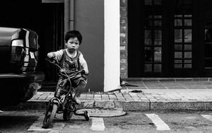 補助輪付きの自転車に乗った男の子