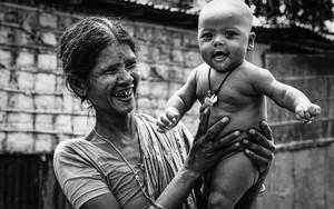 お婆さんが笑い、赤ん坊も笑う