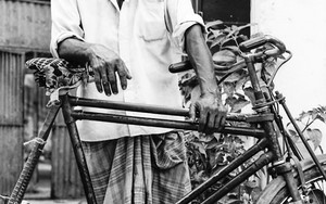 Cycle Rickshaw, Lungi And Man