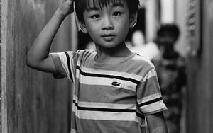 ラコステのポロシャツを着た男の子