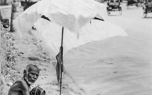 道路脇の男と日傘