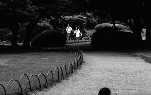小径で遊ぶ男の子