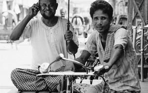 ふたりの男に一本の傘と一台の携帯電話