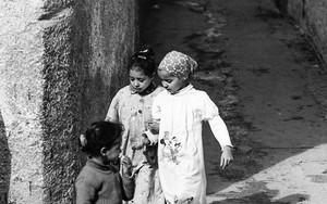 路地の片隅の女の子