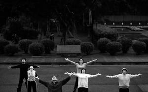 台北中山公園で両手を広げる