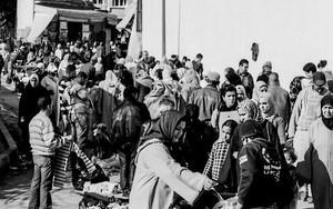 露天市で買い物する女性