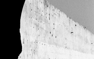 アーチと壁と人影