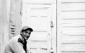 鍵の掛かった扉の前に男