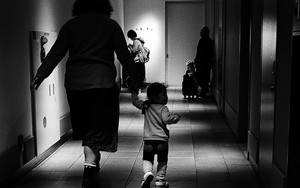 お母さんと幼い女の子のシルエット