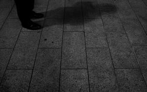 路面に落ちた男の影