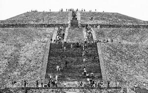 ピラミッドに群がる人々