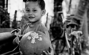 ボールを抱える男の子