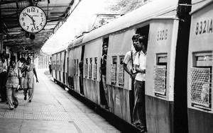 丸い時計と列車