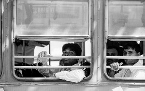 車窓と手摺と乗客